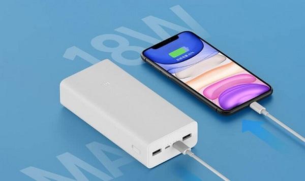 Xiaomi Mi Power Bank 3 Charging a phone
